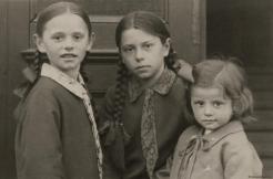 Schwestern I; Fotografie, sw, um 1930