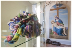 Einzelzelle; Häkelobjekte, Wolle, Kunststoffringe, 2001-2003. Im Hintergrund Wollobjekt von Karl-Heinz Diekmann und Pieta von Josef Anton Settegast