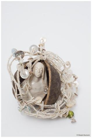 Perlmutt; Glasperlen, Buddhafrucht, Permuttknöpfe, Keramik von Christina Yaghmaei