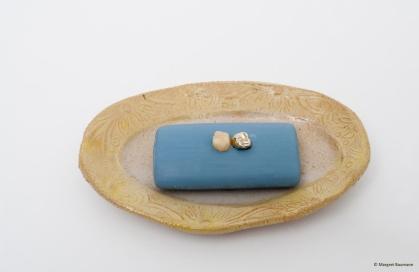 Zahnseife; Goldzahn und Zahn in Lavendelseife, Seifenschale aus Keramik, 2009
